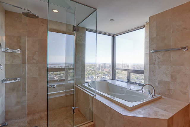 RADIO CITY CONDOS - SOAKER TUB