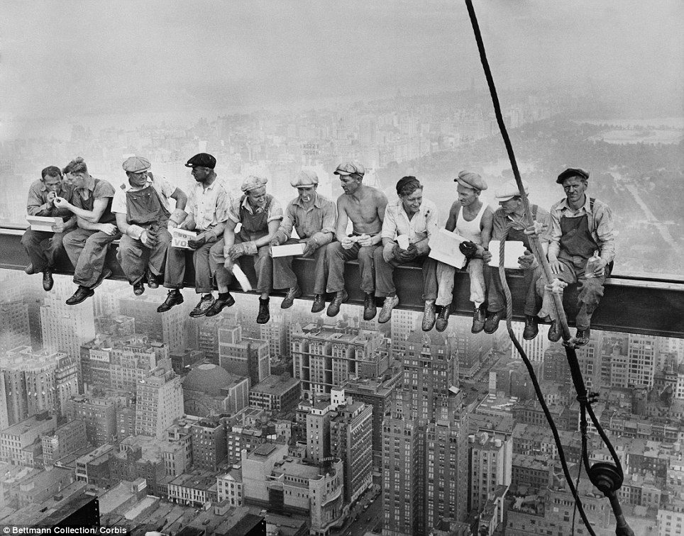 workers taking lunch on empire state bluildoing